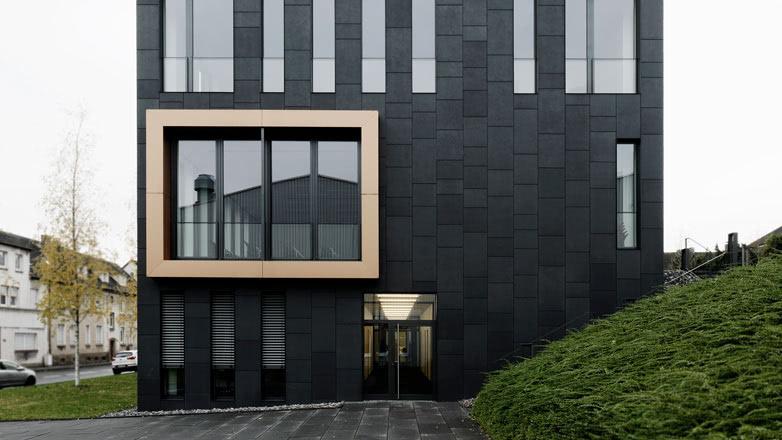 Rieder schwarze Fassade